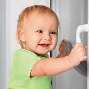 Встановити дитячий захист на вікна